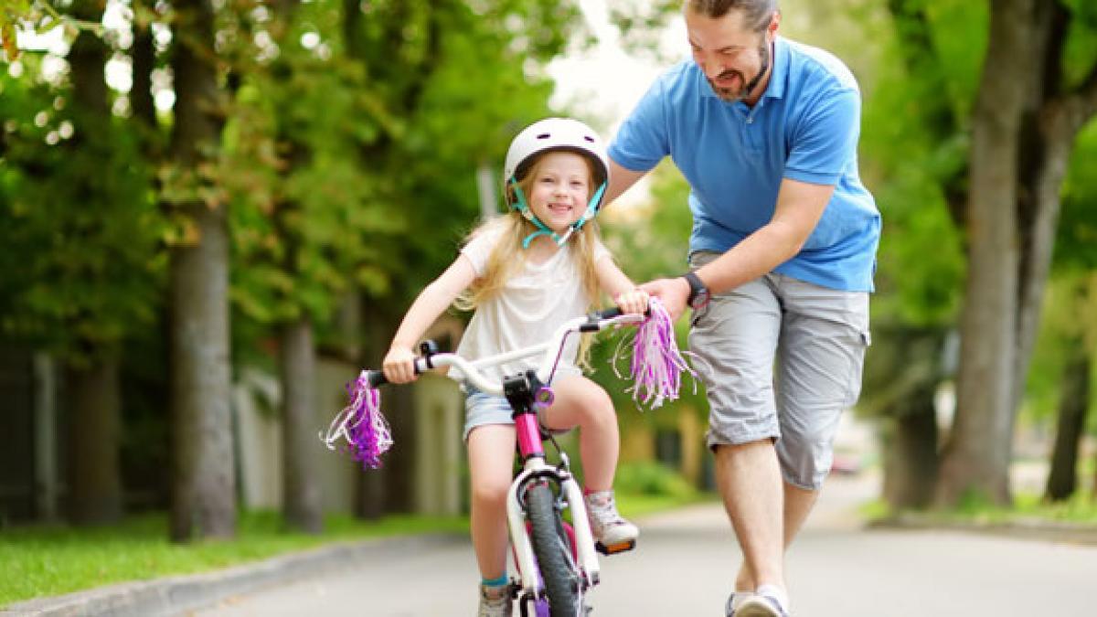 Pappa lär barn att cykla